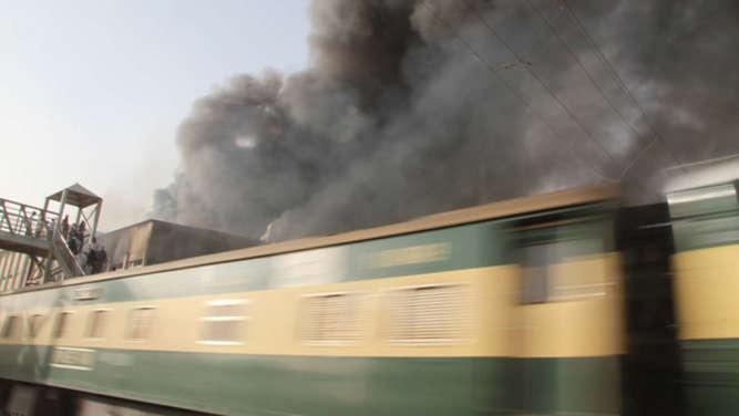 Gaskocher setzt Zug in Brand - Mindestens 65 Tote - Panorama