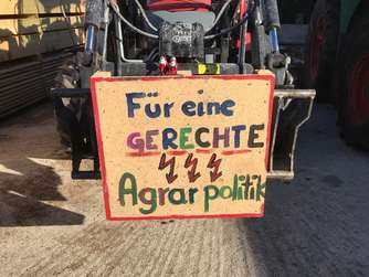 Landwirte demonstrieren mit Bulldog-Flashmob in der Region